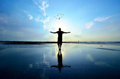 Uomo-che-guarda-il-cielo-in-liberta