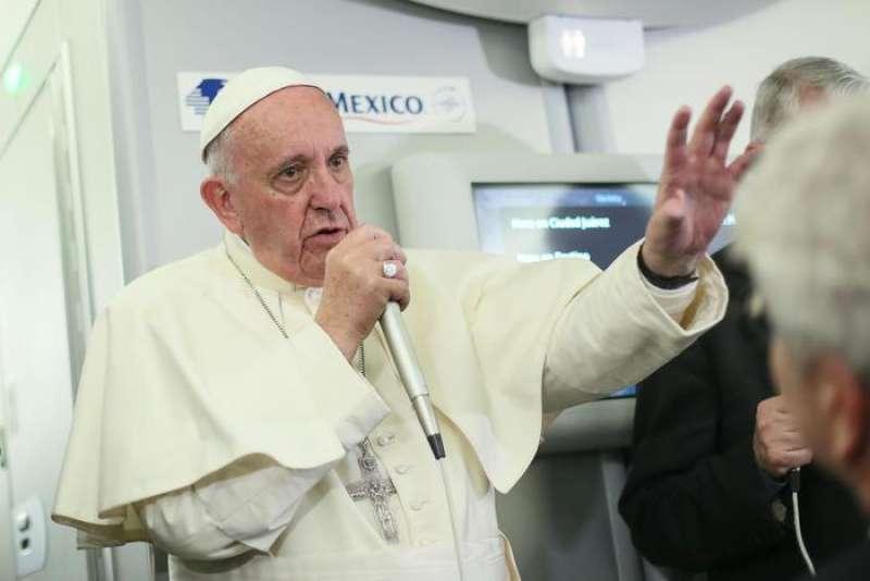 papa-bergoglio-sull-aereo-papale-765220